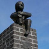 Kunstwerk van de Maand februari 2021: Zittend Mensfiguur op Paal
